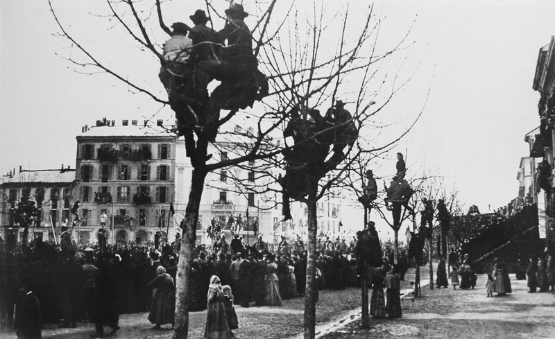 People climbed on trees to see the coffin on the day of Giuseppe Verdi's funeral, February the 2nd, 1901
