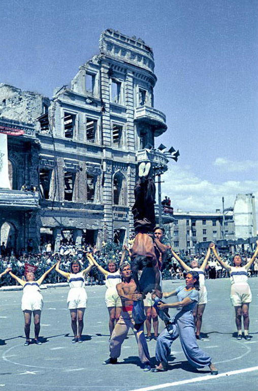 Color photographs of athletic parades in Stalingrad in May 1945 (4)_cr