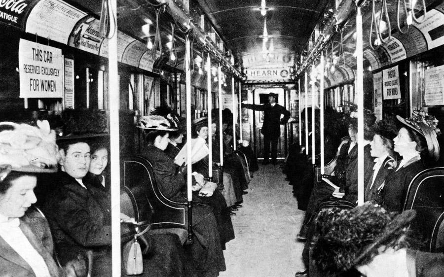 1919. New York City földalatti, kizárólag hölgyek részére kijelölt kocsi.