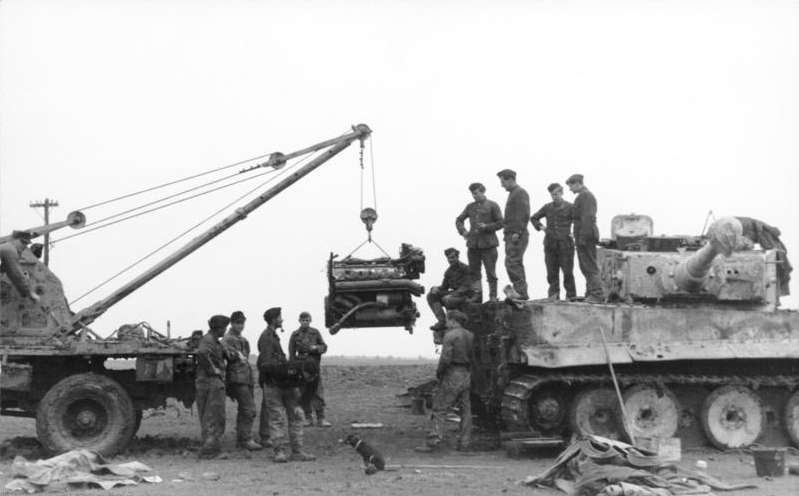 Bundesarchiv_Bild_101I-024-3536-28,_Kreta,_Panzer_VI_(Tiger_I),_Reparatur