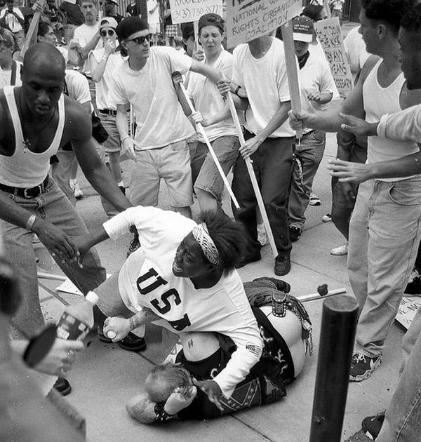 Чернокожая женщина защищает расиста от разъяренной толпы. 1996 год.