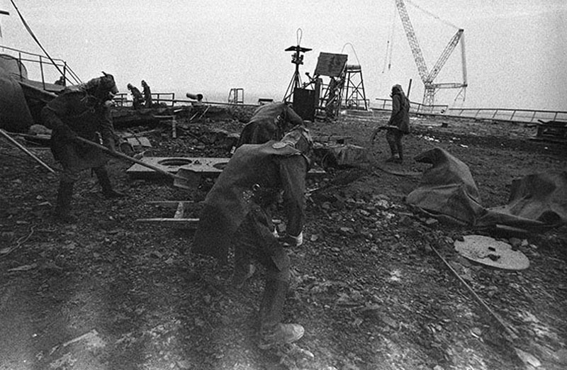 Liquidators clean the roof of reactor 3, Chernobyl. 1986