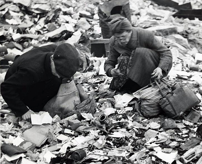 немного истории Two Berliners searching for food in a garbage dump in 1945.