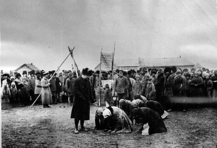 Женщины благодарят представителей Американской администрации помощи. Деревня Васильевка Самарской губернии. 1922 г.