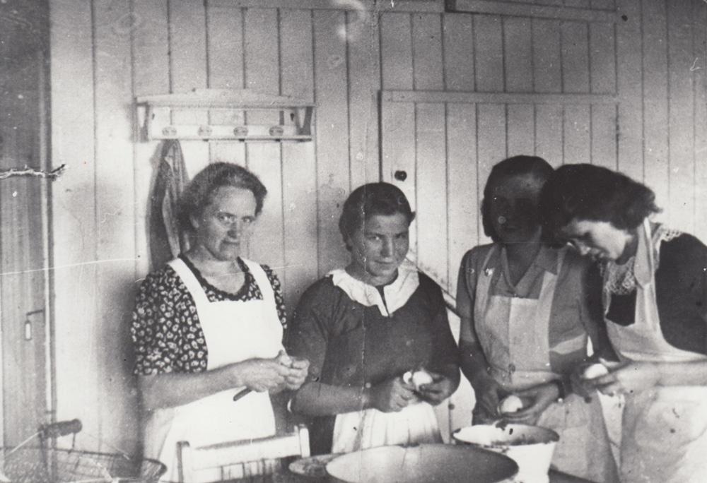 Очистка картофеля. Пропагандистская фотография в рабочем лагере.