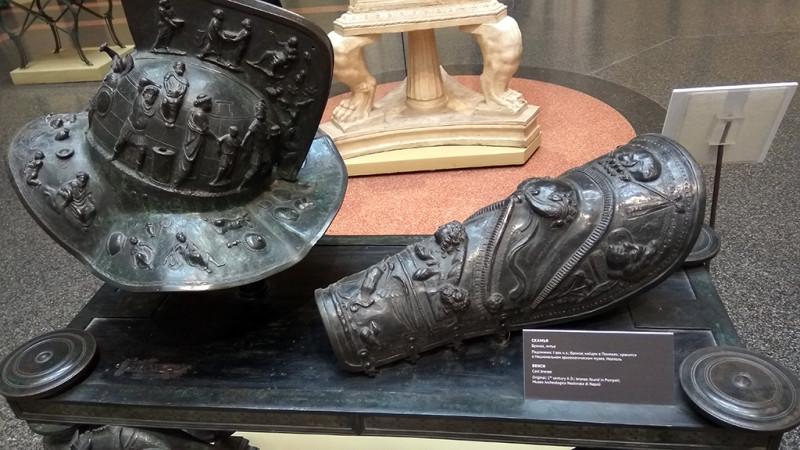 Шлем и поножь гладиатора. Бронза, литьё.Сделано с подлинников I века н.э., хранящихся в Национальном  археологическом музее в Неаполе.