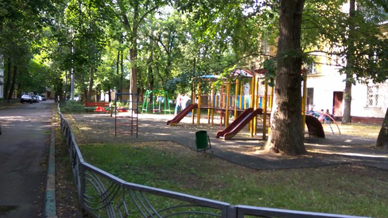 Детская площадка. Детей не видно.