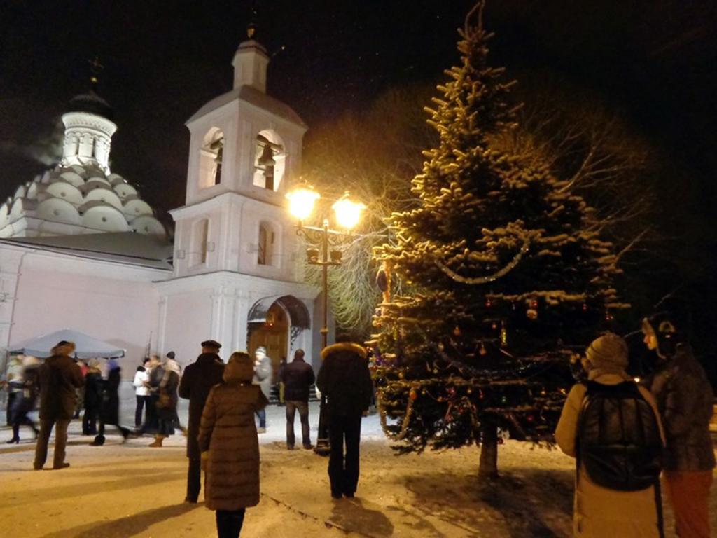 У Храма Святой Троицы в Рождественскую ночь..jpg