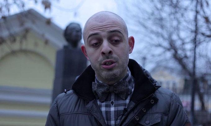 Реж. Роман Либеров на фоне п-ка Мандельштаму в Москве на углу улиц Зацепина и Мандельштама.