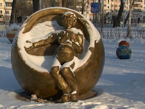 Памятник В.В. Терешковой в Челябинске.