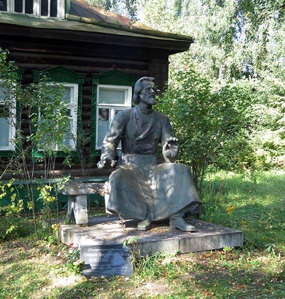Памятник С.Д. Дрожжину  (скульптор Е.А. Антонов) на могиле  поэта во дворе его дома-музея.