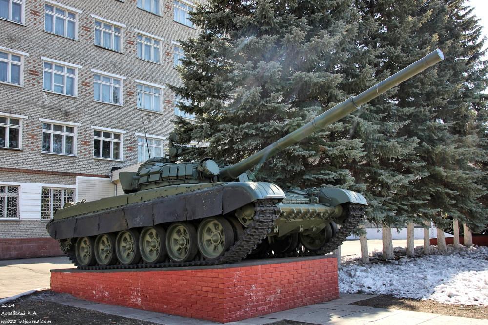 Т-72 у Омского танкового института танки