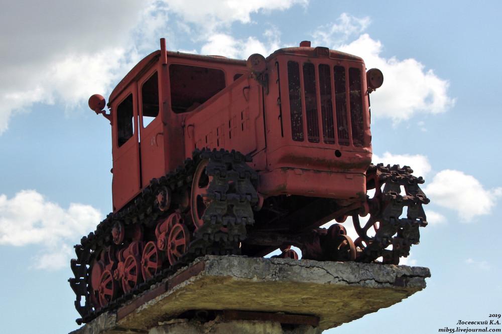 Трактор-памятник хутора Коржевского трактора,Краснодарский край