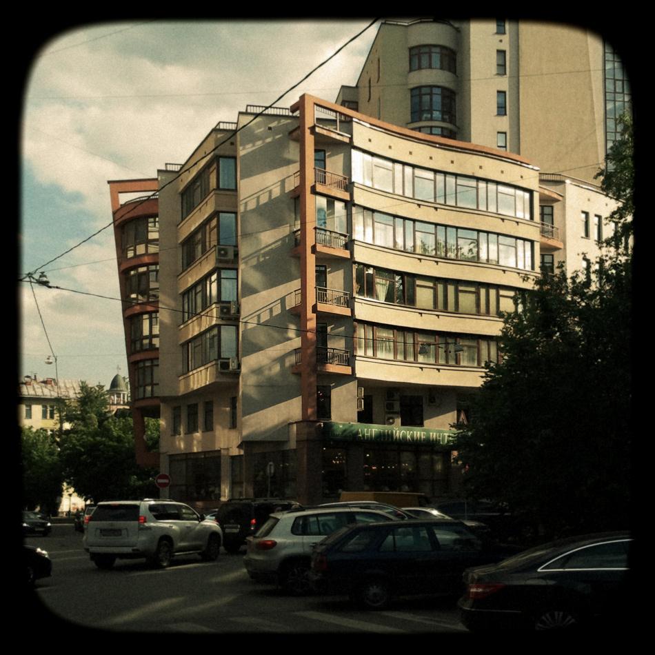 Тень и фасад. Москва, 22 июня 2012 года
