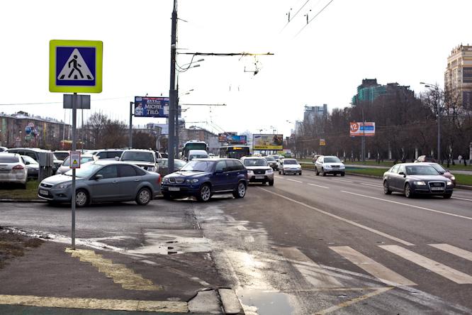 4 Переход к цирку на Вернадке, где часто ходят дети.  Знак с дороги опять плохо расположен и виден.