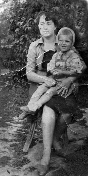 Жанна Антоновна на коленях у своей мамы. 1943 г.