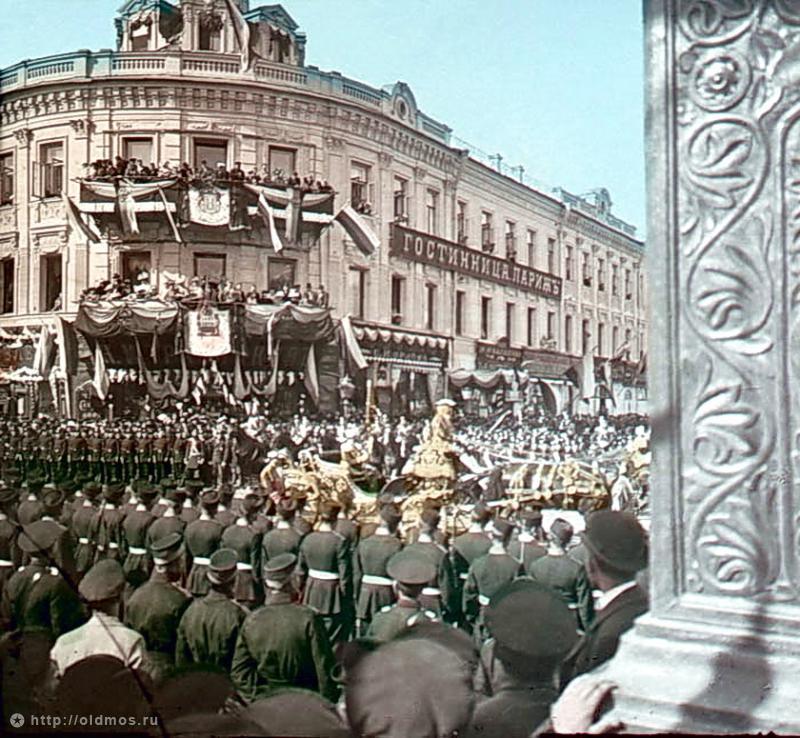 F. Krátký Moskva, korunovační průvod, 1896. Korunovační průvod Nicolas II. u hotelu Paříž
