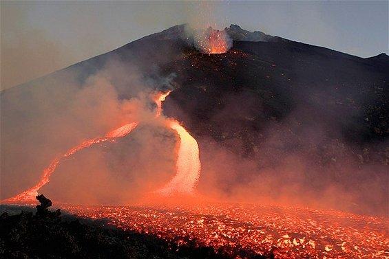11-Spektakularnite-erupcii-na-vulkanot-Etna.www_.kafepauza.mk_