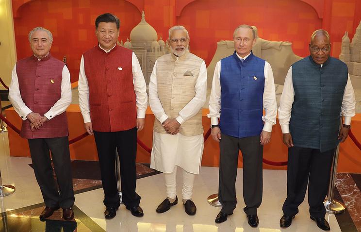 Лидеры стран БРИКС в национальной индийской одежде © AP Photo/Manish Swarup