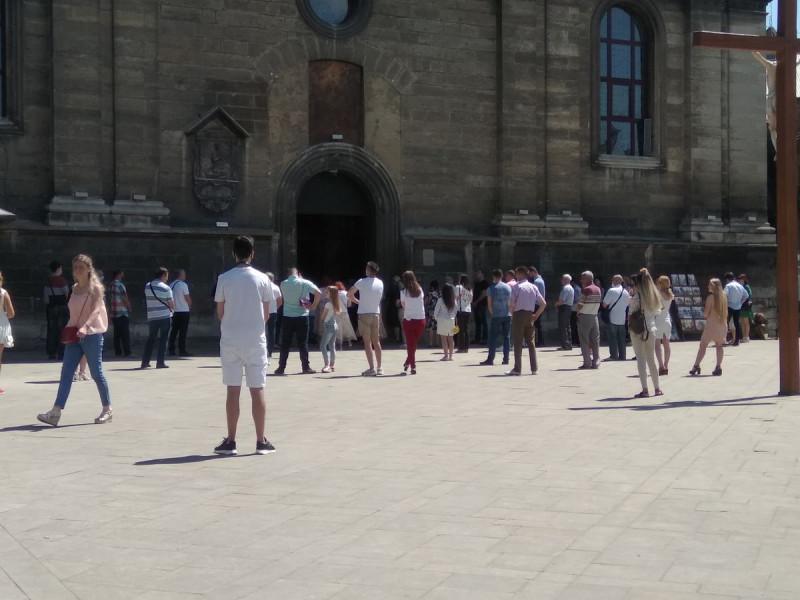 В соборе идёт служба, как видно на фото люди присутствуют, но соблюдают дистанцию