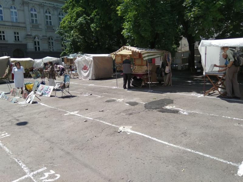 """""""Вернисаж"""" - базарчик сувениров работает, но продавцов там не много, а покупателей - ещё меньше."""