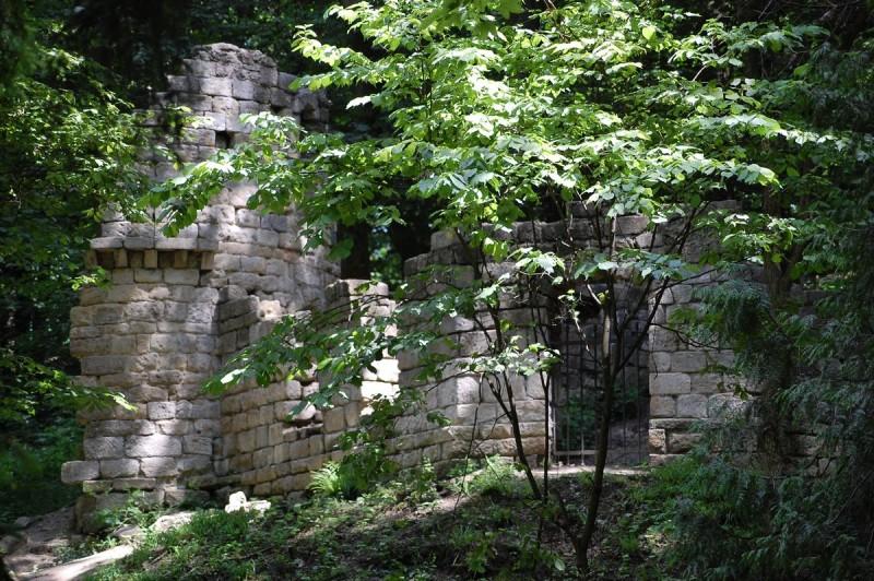 искусственные руины постепенно превращаются в руины искусственных руин и нуждаются в очередной реставрации