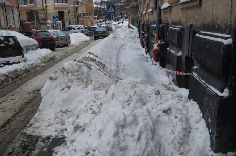 Чтобы люди не ходили по тротуару под этой наледью, с обоих сторон дома проход перекрыли подручным средством. Но не ясно, что будет, когда начнёт таять, ведь снег снизу может растаять быстрее, чем упадут сосульки.