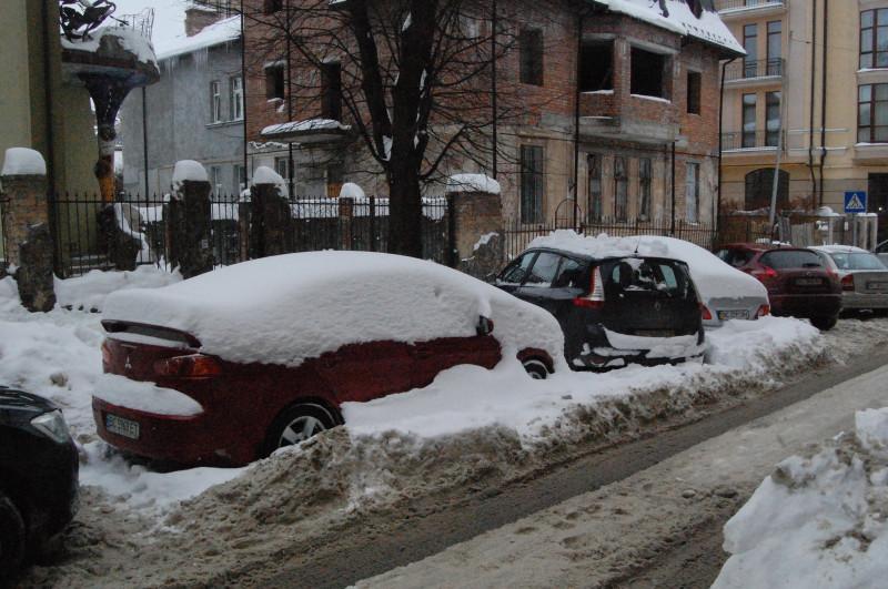 Установить машину со стелой, чтобы отбить сосульки не получится, пока не уберут снег, но видно  машин для его вывоза не хватает.