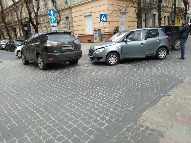 Сегодняшнее дтт на перекрёстке Чайковского и Ковжуна. Я так понимаю, что лексус должен был уступить дорогу, но не уступил и получил под зад.