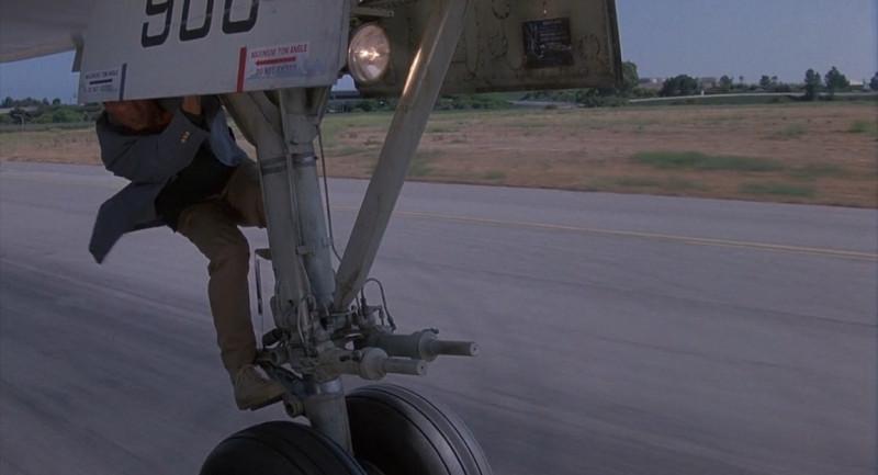 Отставной полковник спецназа покидает самолёт на взлёте.
