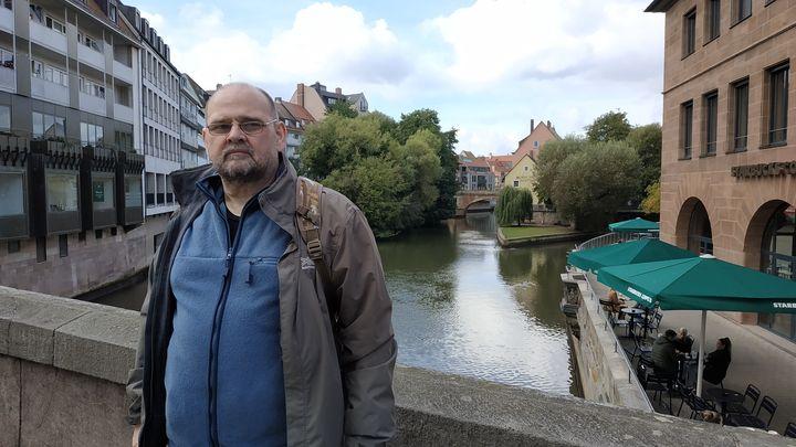 На мосту в Нюрнберге. Глядя на свои фото заметил, что у меня чрезмерно вырос, надо было сильнее втягивать живот)