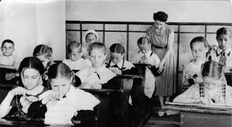 """Мама """"на уроке"""" вышивания."""