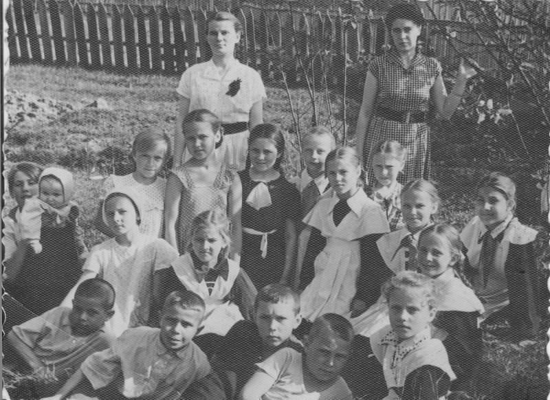 Фото с учениками школы. Стоят: слева - моя первая учительница, Людмила Ивановна, справа - моя мама, Вера Николаевна.
