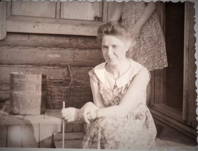 Мама, Вера Николаевна возле дома со своей квартирой. 1960-е годы.