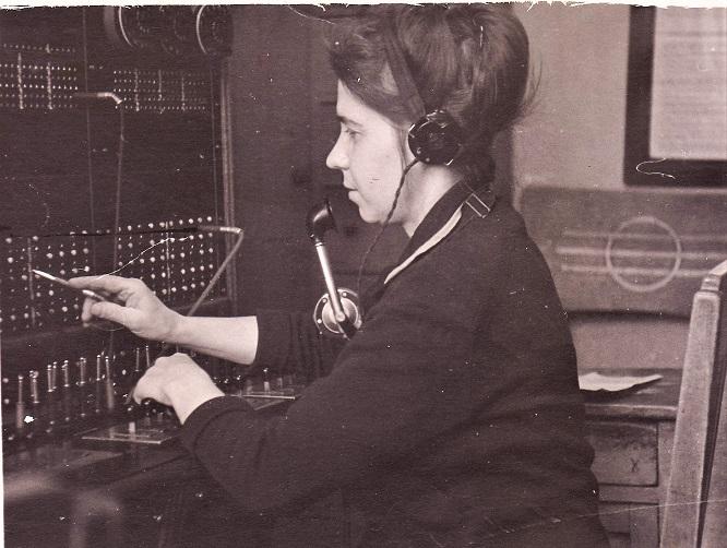 Мама - телефонистка на ручной телефонной станции