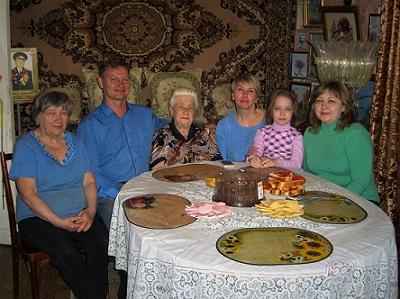 Дорогие гости. Рядом с мамой - Татьяна и Александр.