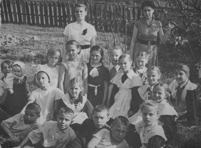 Фотография около школы. Справа, стоит моя мама.