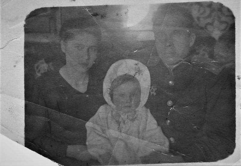Мама и папа с дочкой Олей