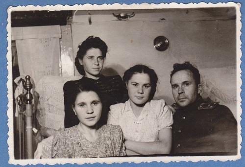 Папа и мама с сестрами в отчем доме мамы