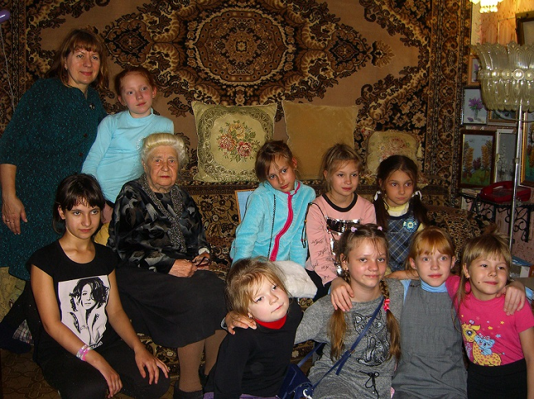 1. Юные вышивальщицы со своей учительницей Татьяной Владимировной у мамы