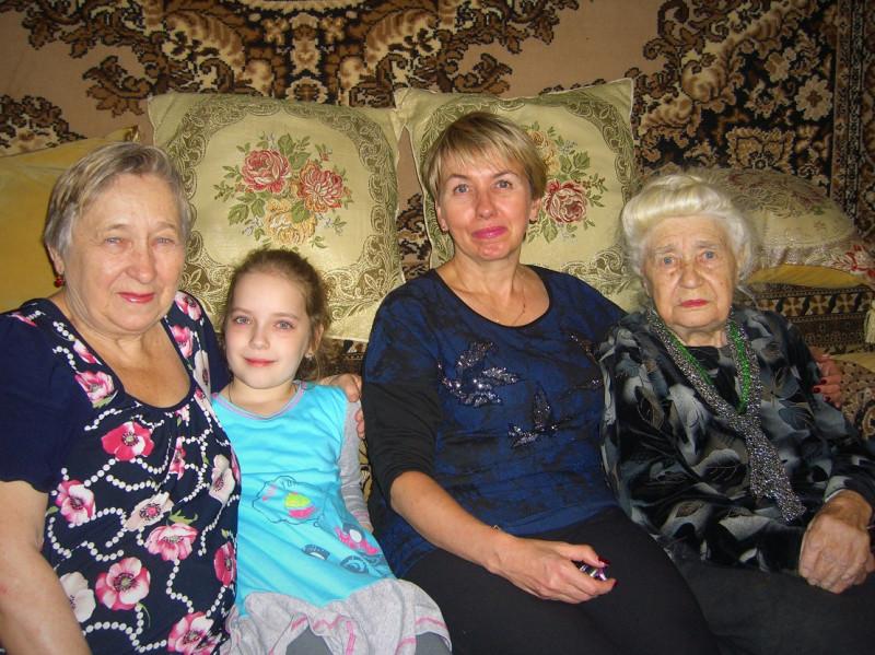 1. Дорогие гости у нас.  Мама с Татьяной и мамина дочь и правнучка