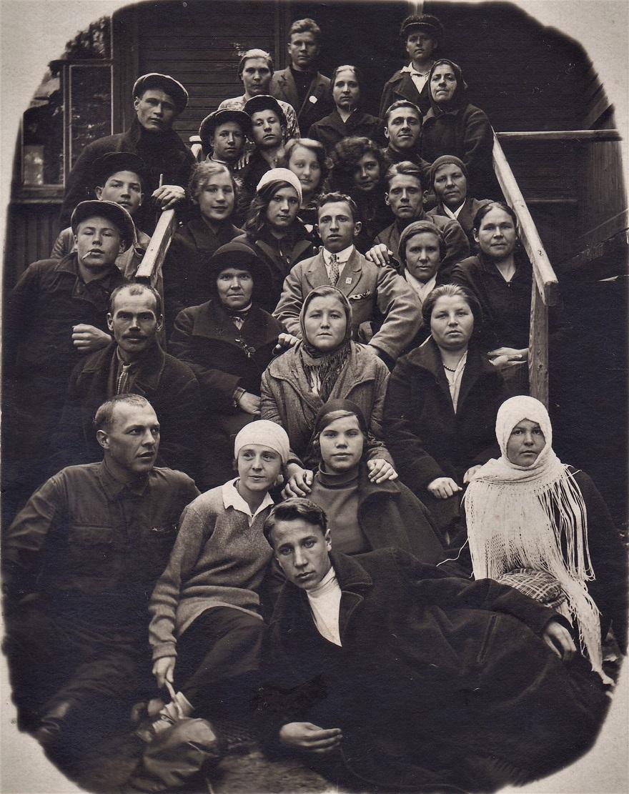 2. На крылечке. Здесь есть и наши родственники. В нижнем ряду - вторая слева - тётя Зоя