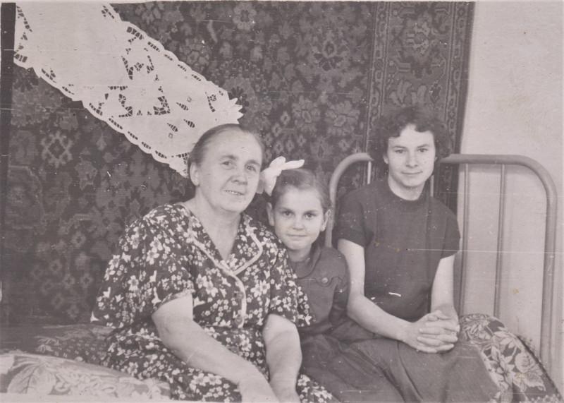 6. Слева, тётя Аня, справа - приёмная дочка тёти Ани - Дина?