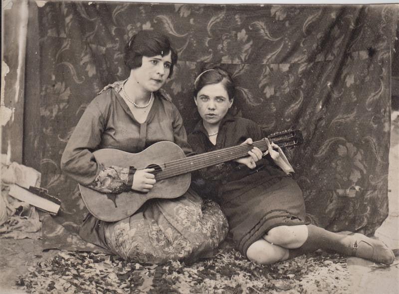 8. Тётя Зоя рядом с гитаристкой