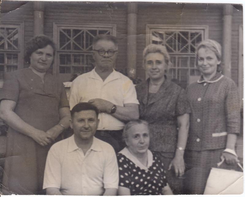 14. Дядя Саша с тётей Аней (сидят). Стоит дядя Коля - муж тёти Ани
