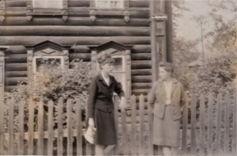 18. Моя мама с Александрой, мамой Татьяны, на улице Водопьяного города Горького