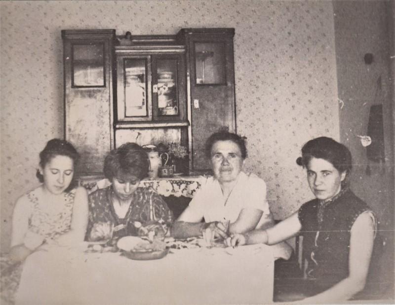 19.У нас в Правдинске: моя сестра Оля, Шура, тётя Зоя и мама. Фото конца 6-х годов