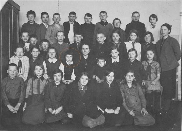 Довоенные школьные фотографии с мамой