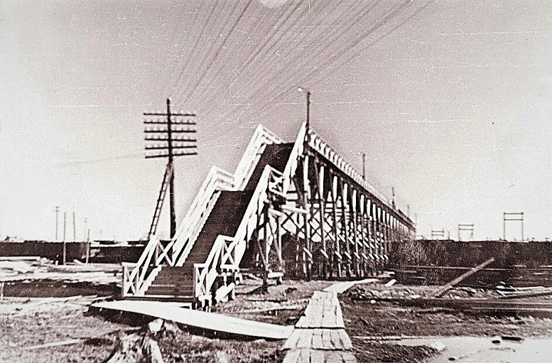 Деревянный мост в поселке Сухобезводное