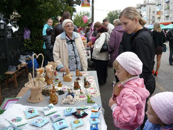 Мягкие Игрушки Венеры Ивановны рядом с игольницами мамы
